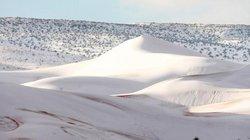 Rét kỷ lục phủ trắng sa mạc Sahara dưới lớp tuyết dày 40cm