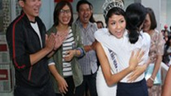 Hoa hậu H'Hen Niê xúc động ôm cô giáo cũ khi về thăm trường xưa