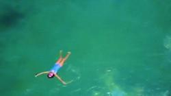 """Thiết kế ngoạn mục của hồ bơi 100 năm tuổi """"ẩn mình"""" trong biển"""