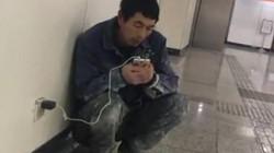 Chuyện cảm động về người đàn ông tối nào cũng cầm điện thoại ra ga tàu điện