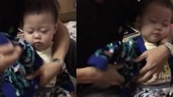 Video đến giờ đi học cô bé vẫn ngủ gục ngon lành trên tay bố gây sốt