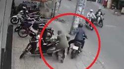 Clip: Đang cho đồ vào cốp, cô gái bất ngờ bị cướp túi xách giữa phố