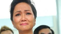 H'Hen Niê khóc nức trong vòng tay gia đình và bà con khi trở về quê hương