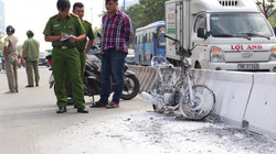 Người phụ nữ tháo chạy khỏi xe máy bốc cháy trên Xa lộ Hà Nội