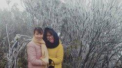 Du khách thích thú ngắm tuyết rơi trên đỉnh Mẫu Sơn