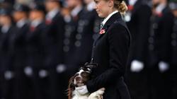 Nữ cảnh sát Anh được phép thoát y và khóc lóc