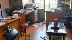 Cầm dao, búa xông vào văn phòng công chứng đập phá