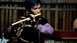 Đôi vợ chồng trẻ, dựng sân khấu múa khèn Mông phục vụ du khách