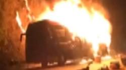 Điện Biên: Xe khách giường nằm bốc cháy dữ dội tại đèo Pha Đin