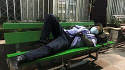 Ảnh: Nằm ngủ bịt khẩu trang, mặc áo mưa tránh rét ở bệnh viện