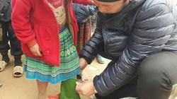 Rét 0 độ C ở Sơn La: Báo Dân Việt tặng ủng cho học sinh vùng cao