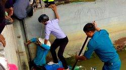Hàng trăm người ứng cứu người đàn ông bị kẹt chân ở cống đang đóng