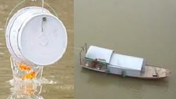 """Cá chép vừa """"đu dây"""" xuống sông Hồng, thuyền đánh bắt đã đợi sẵn"""