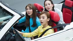 Bộ 3 mỹ nhân châu Á lái xe mui trần thăm Sài Gòn