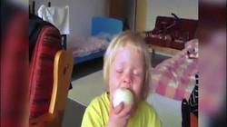 """Cô bé nước mắt giàn giụa ăn hành tây """"gây bão"""""""