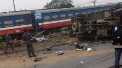Xe tải bị tàu hỏa hất văng, tài xế tử vong