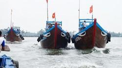 """Quảng Nam: Hàng trăm tàu thuyền """"rẽ sóng"""" lấy lộc đầu năm"""