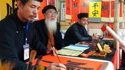 Phố ông đồ ở Hà Nội nườm nượp khách xin chữ ngày mùng 1 Tết