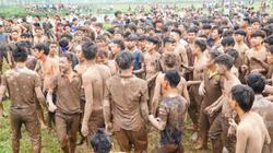 Hàng trăm trai làng đầm bùn, giẫm đạp lên nhau để tranh cướp phết