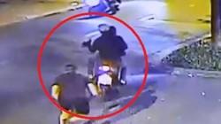 Clip: Táo tợn lao xe máy lên vỉa hè cướp của du khách nước ngoài