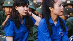 Hai cô gái rạng rỡ giữa ngàn tân binh lên đường tòng quân