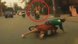 Clip: Bị cướp giật, cô gái cùng tài xế Grab ngã xuống đường