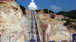 Chen chân xem tượng Phật ngồi kỳ vĩ ở đất võ