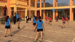 Giáo viên vùng cao trổ tài đấu bóng chuyền, cầu lông