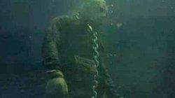 Lặn xuống hồ, thợ lặn chết điếng với điều kinh dị bên dưới đáy