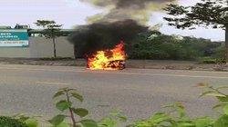 Dừng xe mặc áo mưa, 2 mẹ con suýt chết vì xe bốc cháy dữ dội
