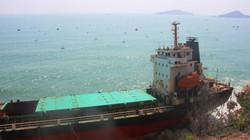 """Cảnh """"xẻ thịt"""" tàu chở người Trung Quốc bị sóng đánh nát vụn đầu"""