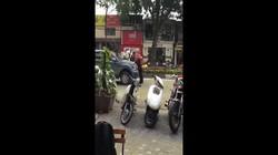 """""""Anh hùng"""" đầu trọc say rượu, lấy thân mình chặn ô tô trên phố Hà Nội"""