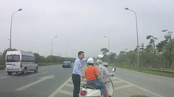 Tài xế giúp hai mẹ con đi xe máy lạc vào đường cao tốc gây sốt mạng