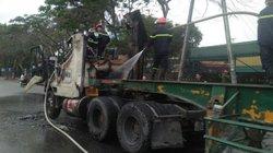 Xe đầu kéo container phát hỏa, tài xế tông cửa chạy tháo thân