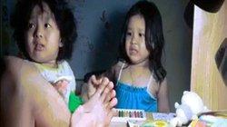 Ông bố trẻ giả đau chân thử lòng 2 cô con gái nhỏ đốn tim dân mạng