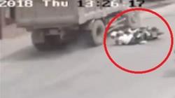 Clip:Tránh 2 cô gái bị ngã, xe tải đâm vào 2 ôtô rồi lật giữa đường