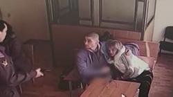 """Nga: Cô gái ngang nhiên dùng miệng """"chiều"""" bạn trai trong tòa án"""