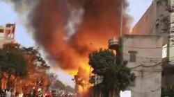 Xưởng gỗ bốc cháy ngùn ngụt cạnh cây xăng, cả phố nháo nhác bỏ chạy