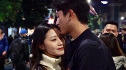 Cặp đôi trao nhau nụ hôn ngọt ngào trong thời khắc giao thừa