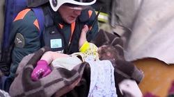 Giải cứu bé trai 10 tháng tuổi kẹt trong đống đổ nát 35 tiếng sau vụ nổ khí gas
