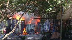 Lửa đỏ rực dãy nhà trọ ở Sài Gòn, người dân gào thét ôm tài sản tháo chạy