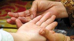 Hoang mang vì vợ tin lời bói toán, bỏ bê gia đình