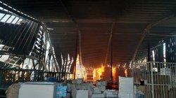 Cháy lớn tại công ty gỗ, đứng xa hơn 10km vẫn thấy khói lửa bốc cao