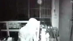 Video trộm trùm kín mít, đột nhập tiệm điện thoại ăn cắp như thần