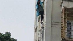 """Hà Nội: Cô gái trẻ đánh đu trên lan can tầng 3, liên mồm hô """"gọi cảnh sát giúp"""""""