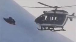 Phi công lái trực thăng hạ cánh sát núi tuyết giải cứu người bị nạn