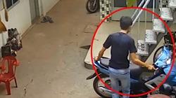 """Clip: """"Đạo chích"""" táo tợn vào xóm trọ phá khóa cuỗm xe máy"""