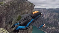 Nhảy từ vách đá cao 2000m để mừng sinh nhật bạn, người đàn ông chết thảm