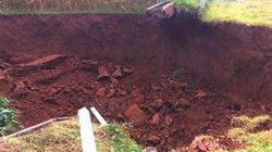 2 hố sụt lún sâu hơn chục mét bất ngờ xuất hiện ở Ba Vì