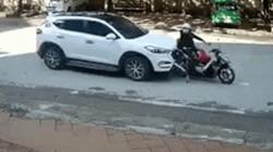 Video: Thót tim cảnh hai mẹ con chờ đèn đỏ bị ôtô húc văng